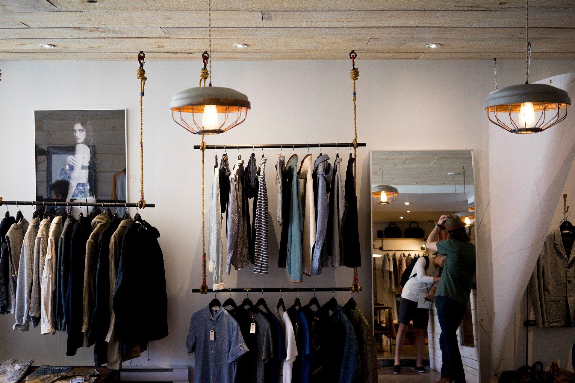 Mystery Shopping - Mystery Shopper probiert Kleidung an